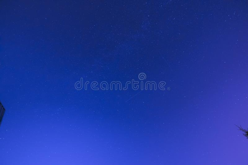 Beau ciel étoilé bleu nuit photo stock