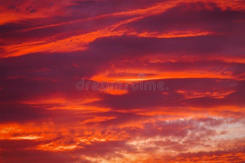 Beau ciel ardent de coucher du soleil photographie stock