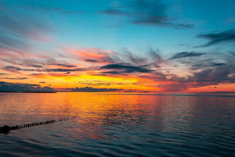 Beau ciel ardent de coucher du soleil sur la plage photo stock