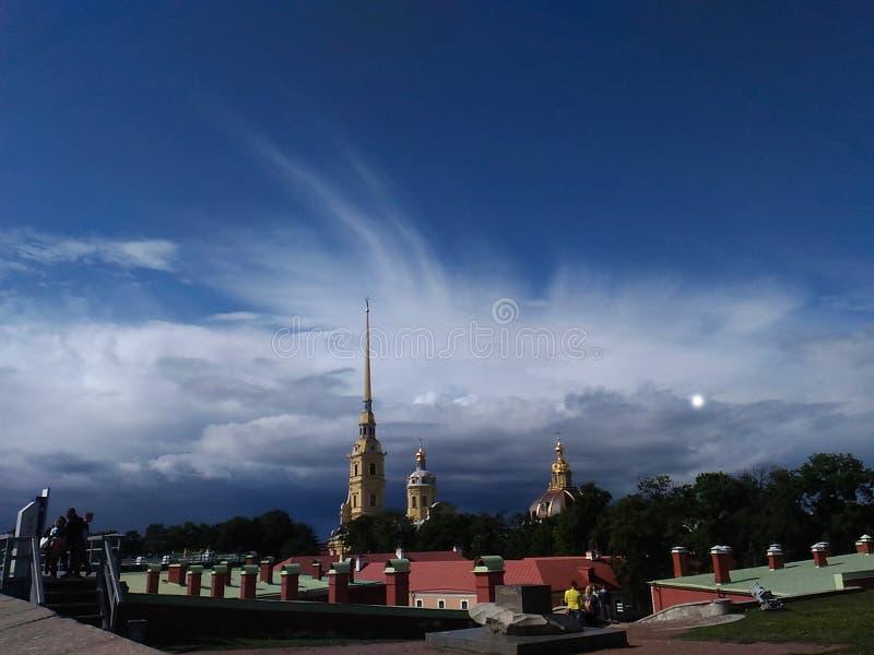 Beau ciel au-dessus de la cathédrale dans la forteresse de Petropavlovskaya photos stock