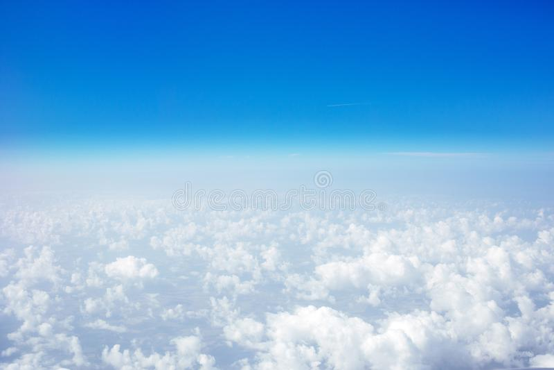 Beau ciel au-dessus des nuages Vue plate de fenêtre avec le ciel bleu photographie stock