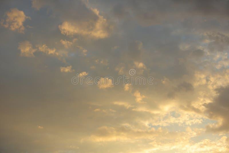 Beau ciel avec des nuages illumin?s par le coucher de soleil photo libre de droits