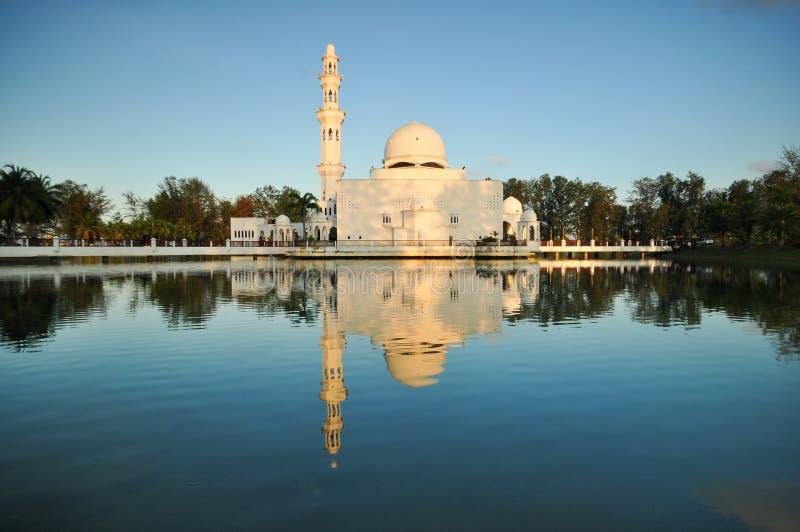 Beau ciel bleu au-dessus de la mosquée de flottement blanche photos stock