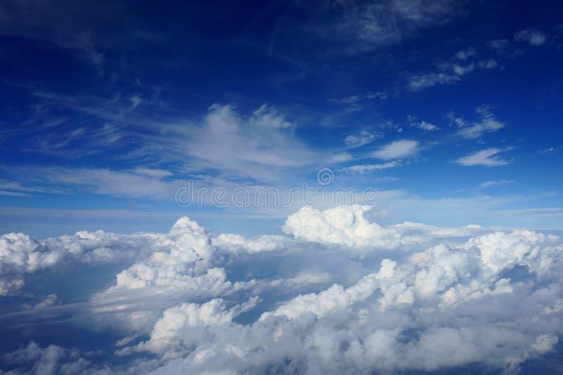 Beau ciel bleu avec des nuages Vue d'avion image stock