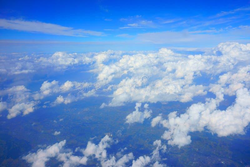Beau ciel bleu avec des nuages Vue de hublot d'avion photo stock