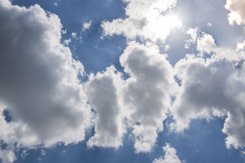 Beau ciel bleu avec des rayons de soleil et des nuages Rayons de Sun images stock