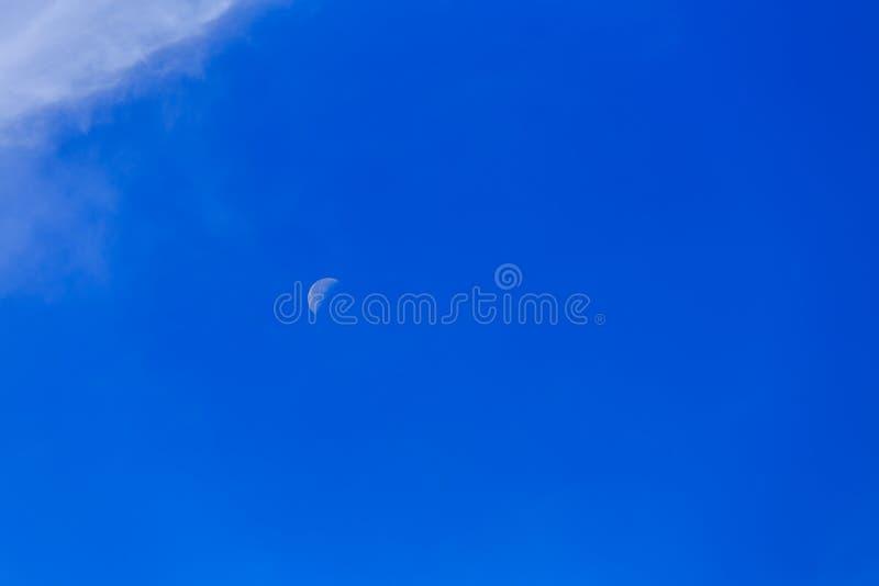 Beau ciel bleu avec la lune et le nuage blanc, concept pour la texture de fond image libre de droits