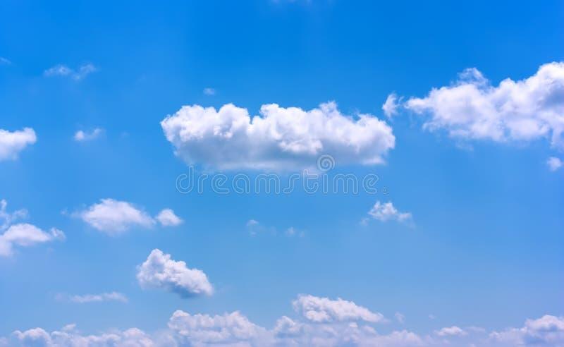 Beau ciel bleu avec les nuages blancs photographie stock libre de droits