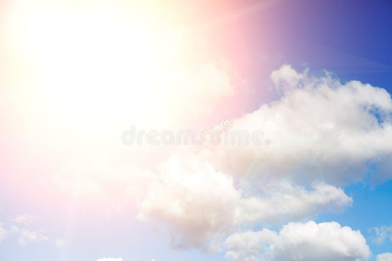 Beau ciel bleu avec les nuages et le soleil avec des rayons de lumière images libres de droits