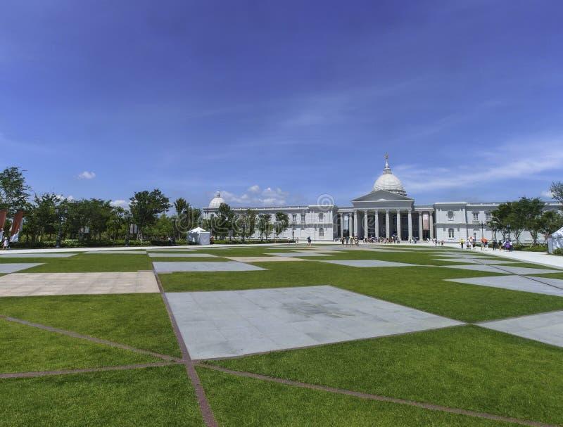 Beau ciel bleu, Muse Plaza et architecture romane de musée de Chimei à Tainan, Taïwan image libre de droits