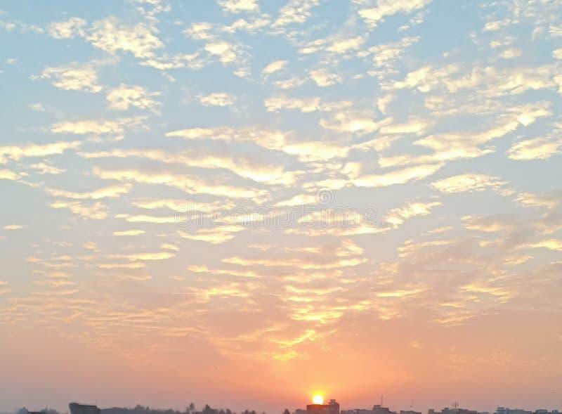 Beau ciel complètement des nuages et d'un soleil photographie stock libre de droits