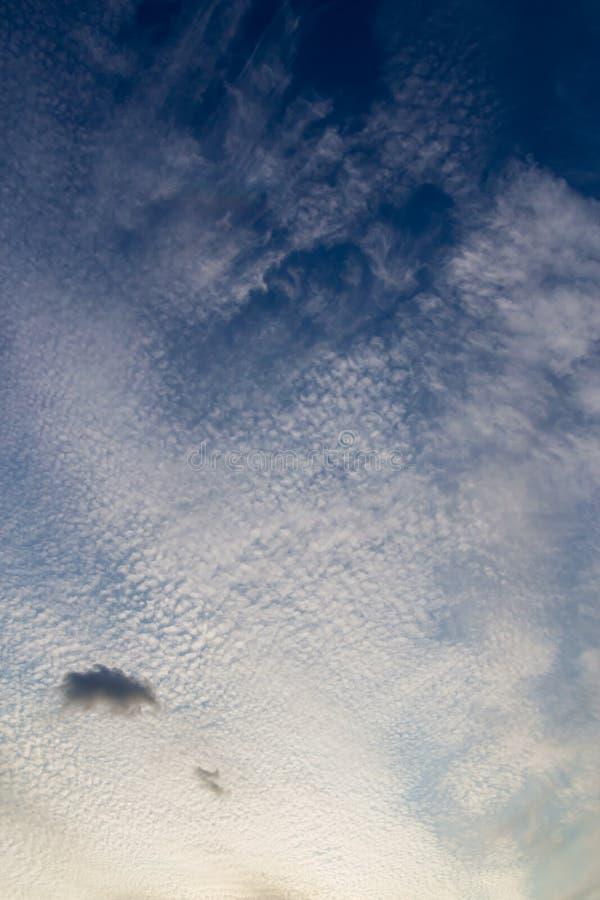 Beau ciel crépusculaire de coucher du soleil avec les nuages minuscules Fond de concept de nature image libre de droits
