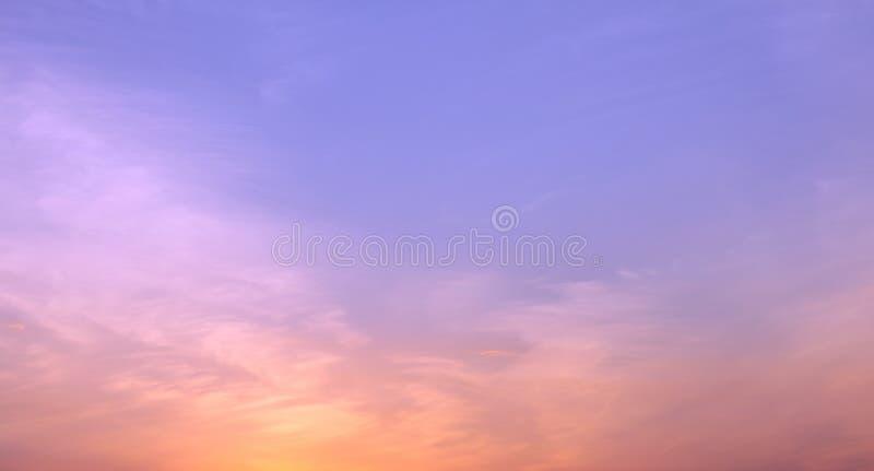 Beau ciel cramoisi dans la soirée après coucher du soleil pendant le crépuscule par temps sans nuages photos stock