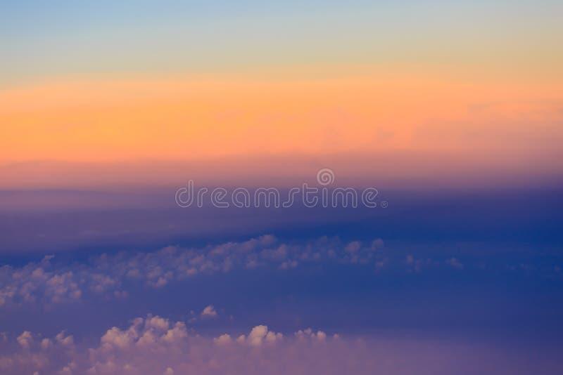 Beau ciel de coucher du soleil au-dessus des nuages avec la lumi?re dramatique photo libre de droits