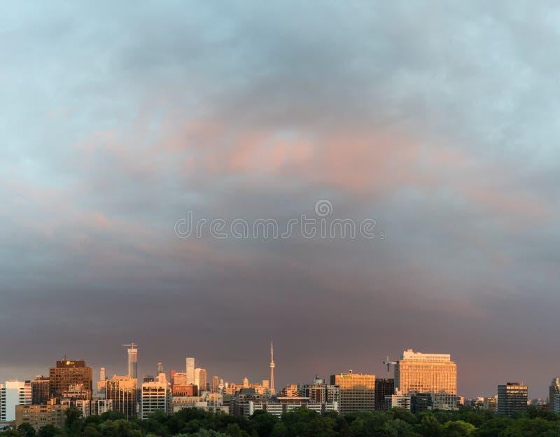 Beau ciel de coucher du soleil au-dessus de Toronto images stock