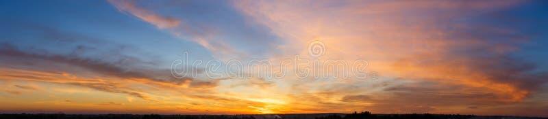 Beau ciel de coucher du soleil avec stupéfier les nuages colorés images libres de droits