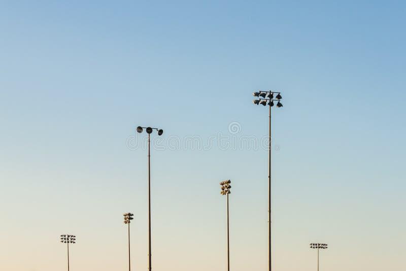 Beau ciel de gradient avec des lumières de champ de sports image libre de droits