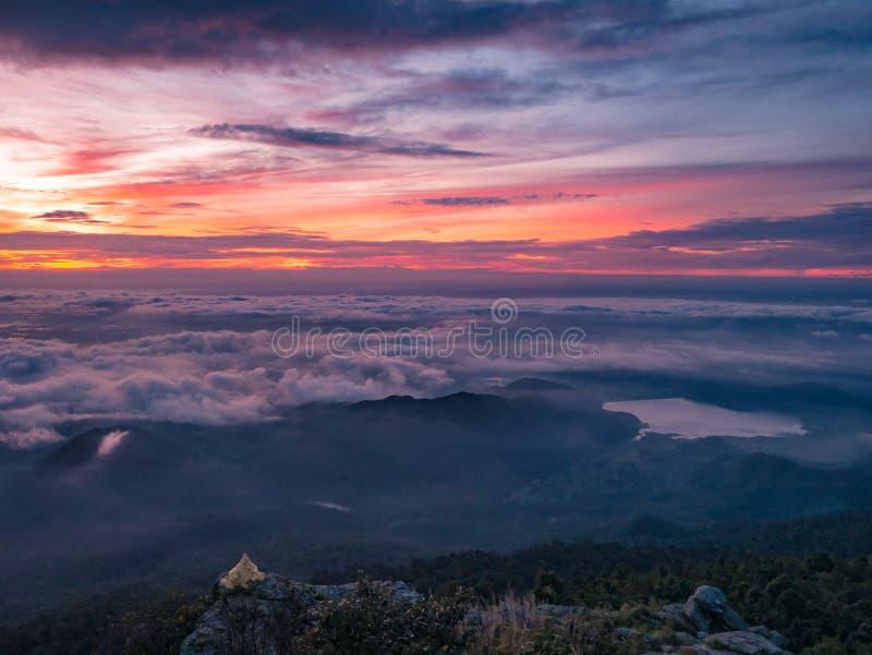 Beau ciel de lever de soleil avec la mer de la brume du brouillard et du lac en forme de coeur pendant le matin sur la montagne d image stock