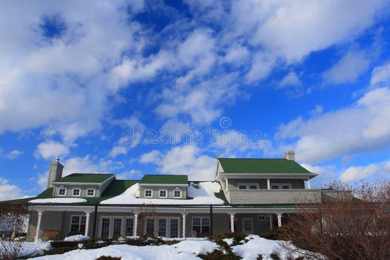 Beau ciel de maison et de bule photographie stock libre de droits