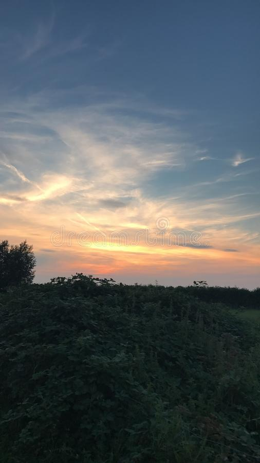 Beau ciel en soirée image libre de droits