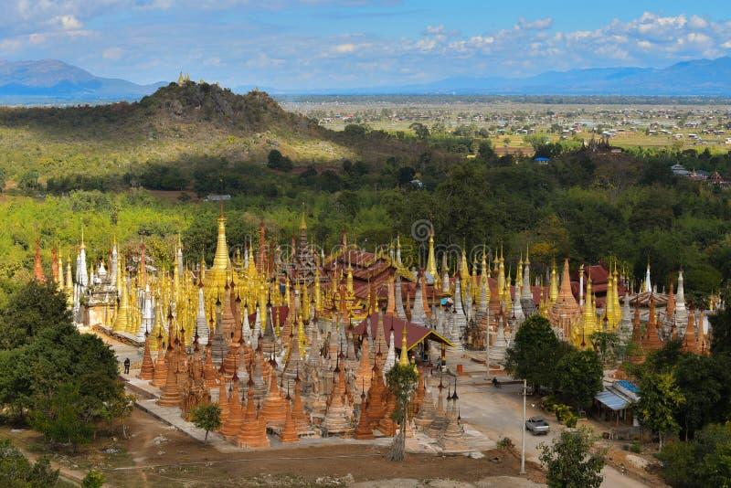 Beau ciel et stupas entourant la pagoda de Shwe Indein La d'Inle image libre de droits
