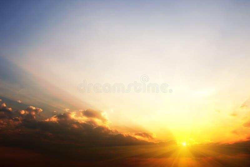 Beau ciel le soir avec du ND d'or de soleil pour la conception graphique image libre de droits