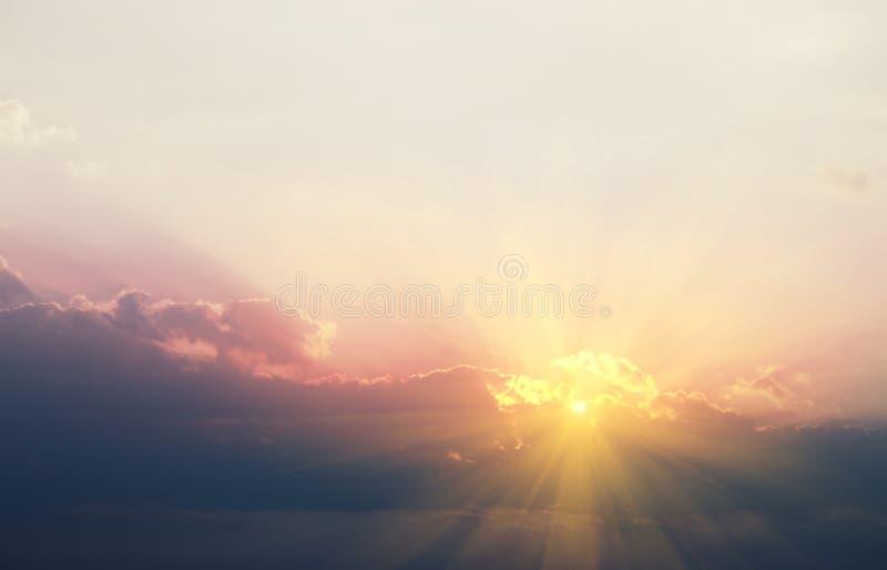 Beau ciel le soir avec le soleil d'or qui brille par les nuages images stock