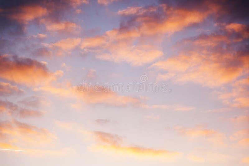 Beau ciel lumineux de coucher du soleil avec les nuages roses, résumé naturel b image libre de droits