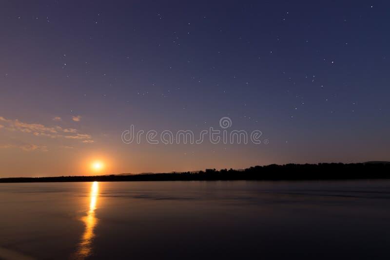 Beau ciel nocturne avec la lune et la constellation au-dessus du Danube photographie stock libre de droits