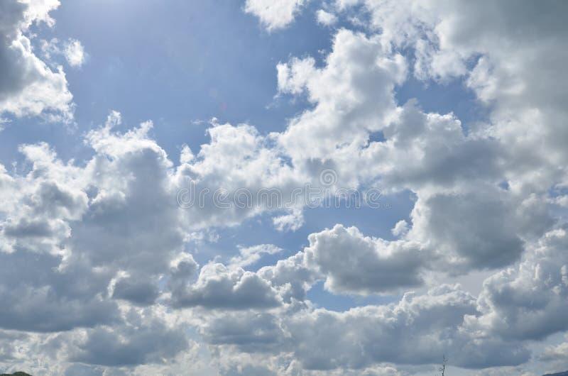Beau ciel nuageux un jour ensoleillé photos libres de droits