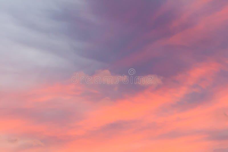 Beau ciel rose de coucher du soleil image stock