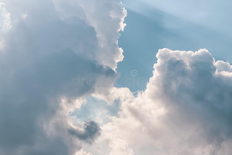 Beau ciel Soleil, rayons du soleil à travers les nuages photos libres de droits