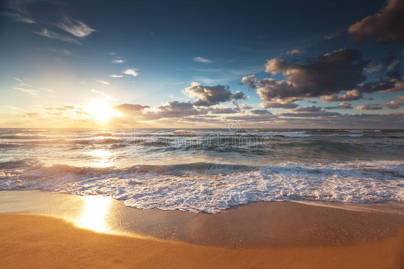 Beau cloudscape au-dessus de la mer, tir de coucher du soleil image stock