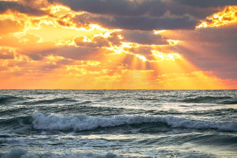 Beau cloudscape au-dessus de la mer, tir de lever de soleil image stock