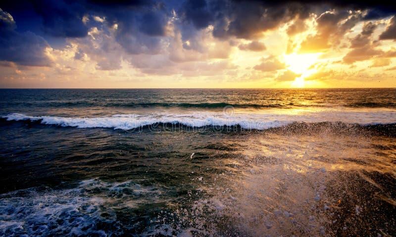 Beau cloudscape au-dessus du tir de mer, de lever de soleil et de coucher du soleil photos libres de droits
