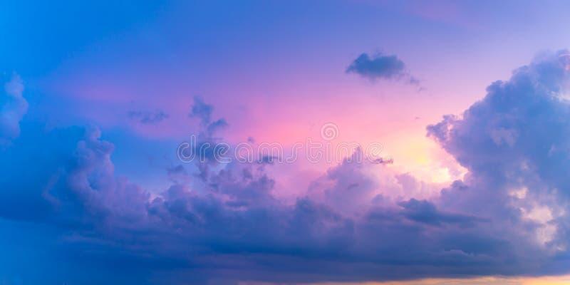 Beau Cloudscape coloré en pastel au coucher du soleil photographie stock libre de droits
