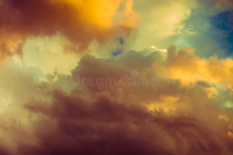 Beau cloudscape dramatique d'hiver photographie stock