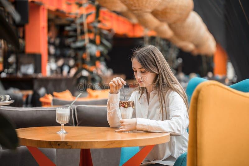 Beau cocktail de chocolat de lait boisson de jeune fille dans un café photo stock