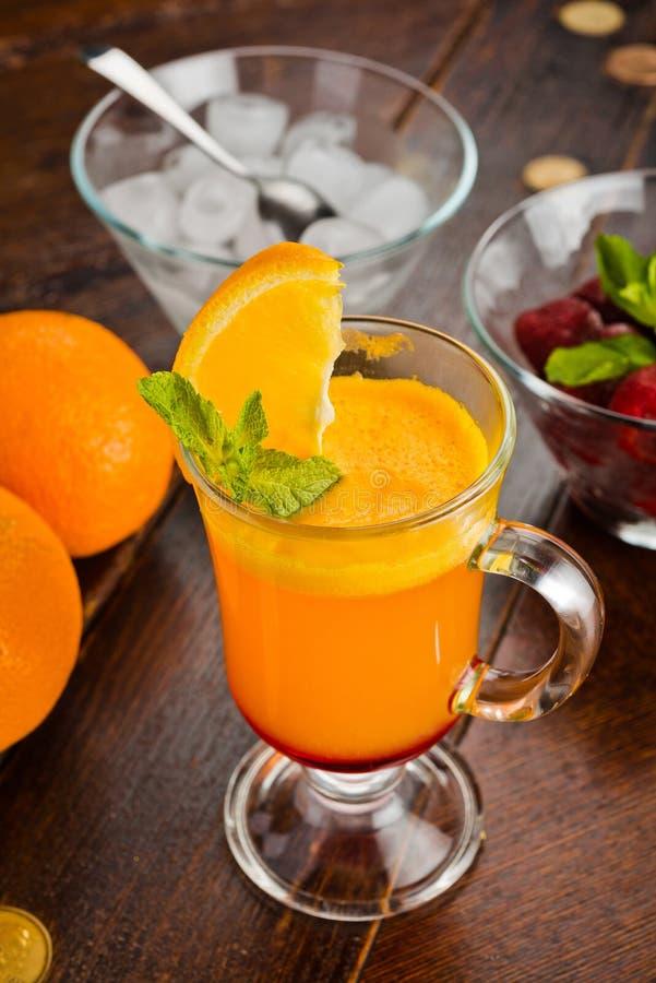 Beau cocktail doux avec la fraise et la glace oranges photographie stock