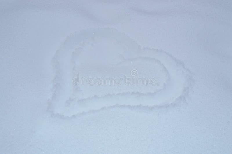 Beau coeur peint dans la neige image stock