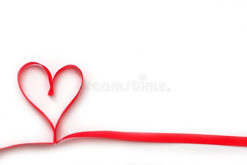 Beau coeur rouge de ruban au jour du ` s de Valentine sur le fond blanc images stock