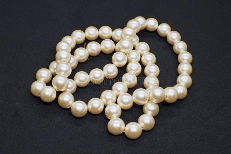Beau collier de perle sur le fond noir closeup photos libres de droits