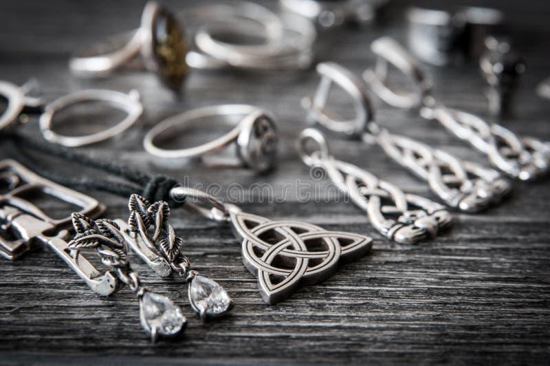 Beau collier scandinave ethnique de bijoux d'argent de Claddagh de Celtic, boucles d'oreille, bracelets images libres de droits