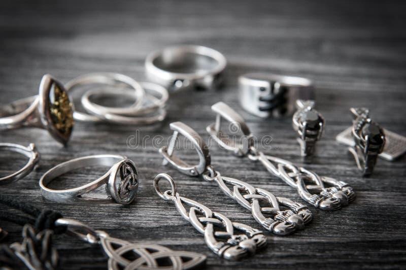 Beau collier scandinave ethnique de bijoux d'argent de Claddagh de Celtic, boucles d'oreille, bracelets photos libres de droits