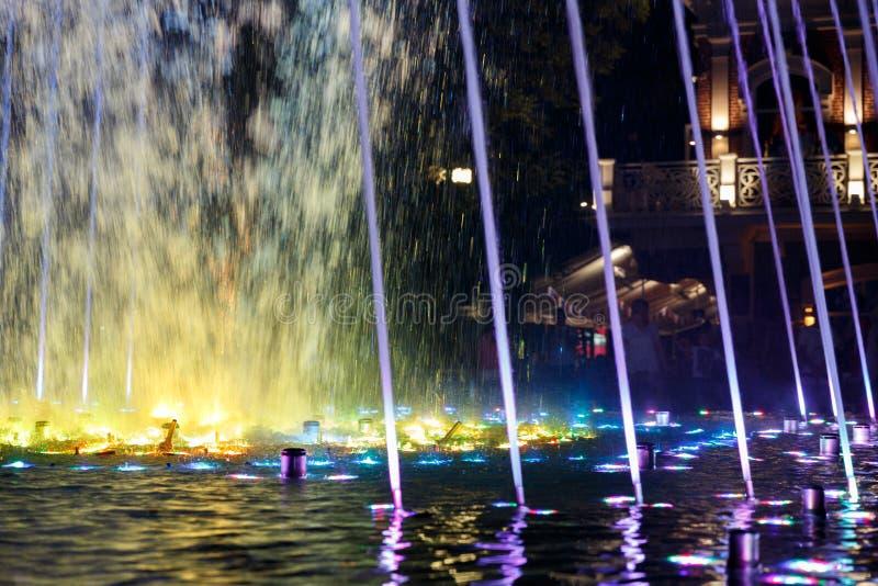 Beau, coloré, musical, fontaine dans la ville de Krasnodar sur le fond de l'avenue centrale photo stock