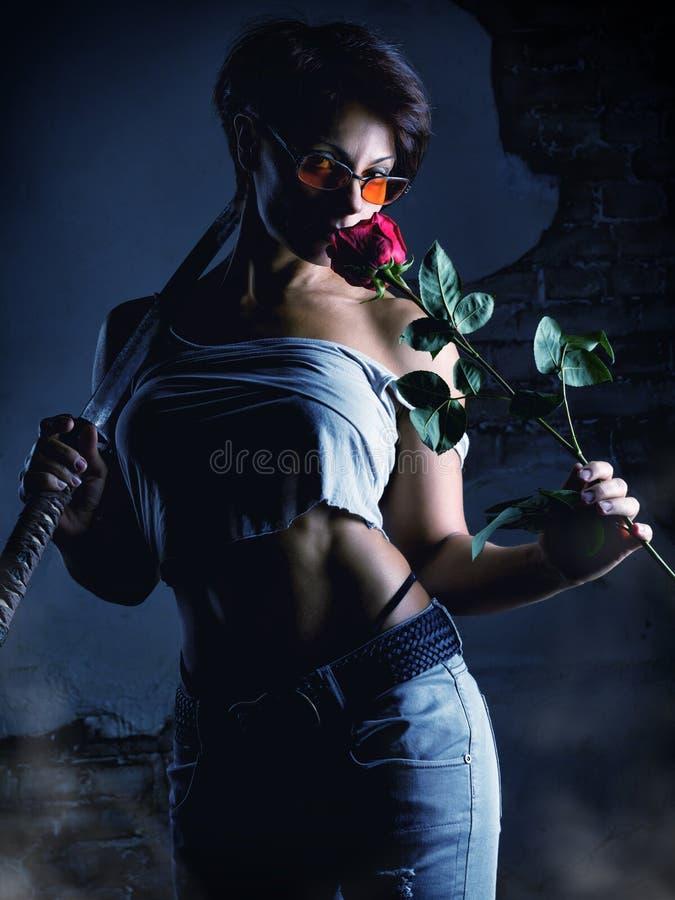 Beau combattant de femme avec une fleur de rose photographie stock libre de droits