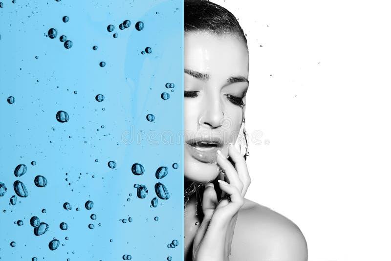 Beau concept de soins de la peau de femme avec le recouvrement d'hydration de l'eau image libre de droits