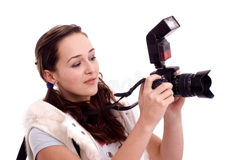 Beau contrôlant ses photos photo libre de droits