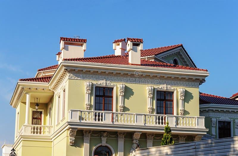 Beau cottage jaune avec le balcon images stock