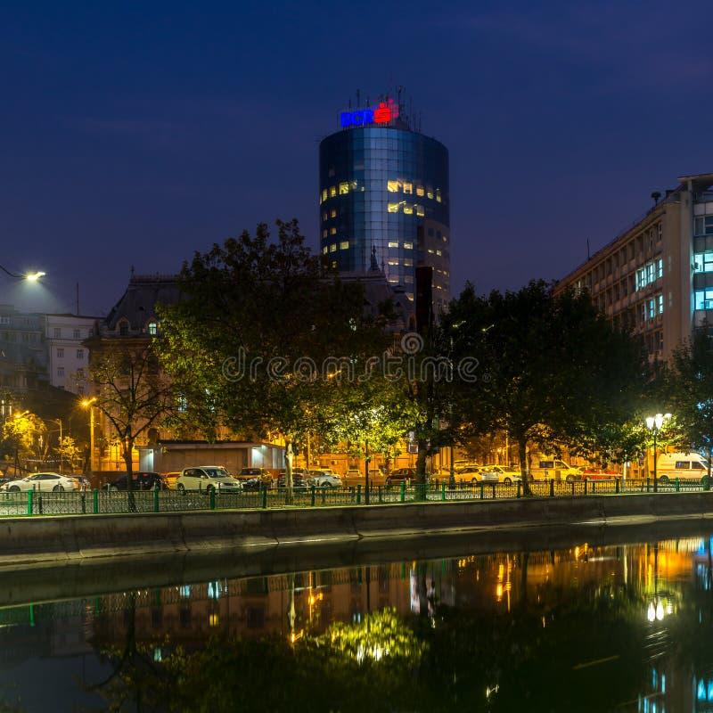 Beau coucher de soleil Bucarest Roumanie Bucuresti Dambovita reflétant le paysage du fleuve images libres de droits